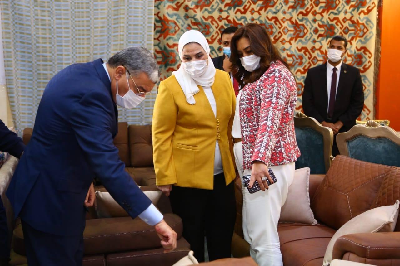 وزيرة التضامن الاجتماعى تفتتح معرض الأثاث الدمياطي ومستلزمات الأثاث للأسر المنتجة بالمنيا