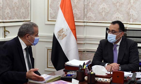 رئيس الوزراء يطمئن على توافر أرصدة السلع الأساسية مع وزير التموين
