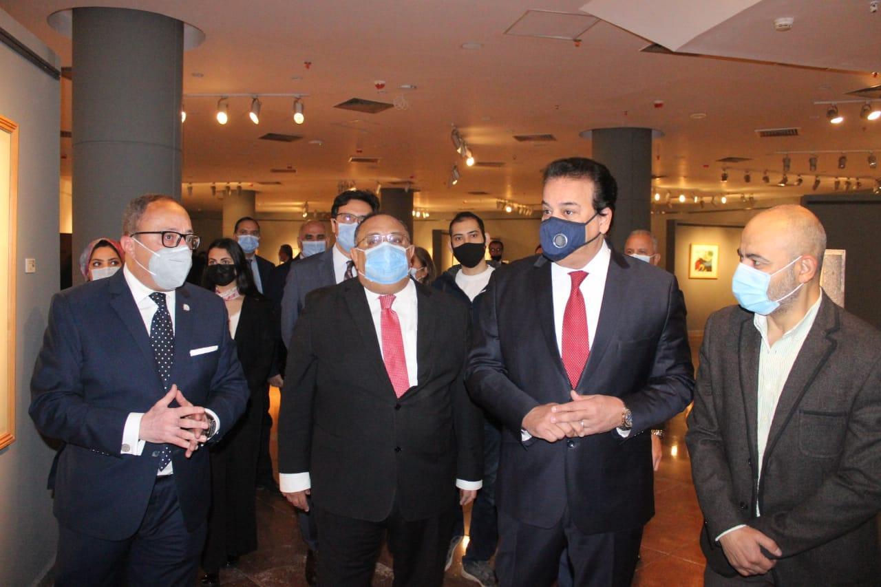 وزير التعليم العالي يتفقد المتحف الفني المعاصر بجامعة حلوان