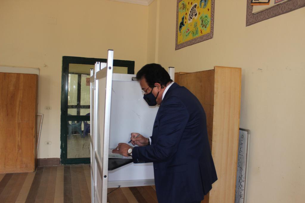 وزير التعليم العالي والبحث العلمي يدلي بصوته في انتخابات مجلس الشعب