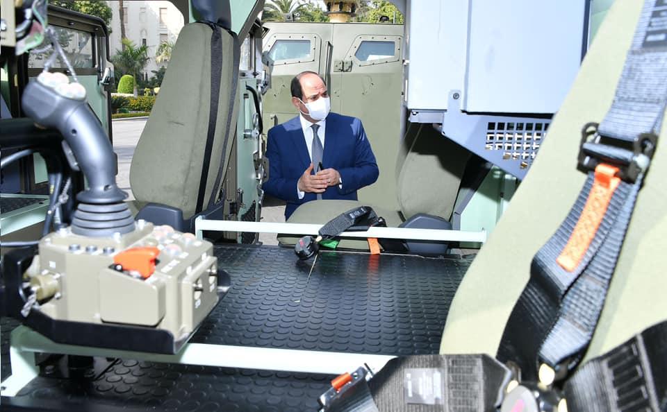 الرئيس يتفقد عدداً من نماذج المركبات متعددة الاستخدام والتي تم تجهيزها بالقطاع المدني