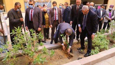 "Photo of سعفان يشارك طلاب جامعة الأقصر زراعة شجرة في إطار مبادرة ""هنجملها"""