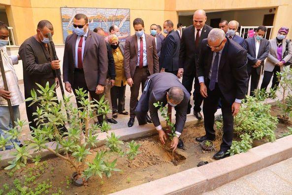 """سعفان يشارك طلاب جامعة الأقصر زراعة شجرة في إطار مبادرة """"هنجملها"""""""