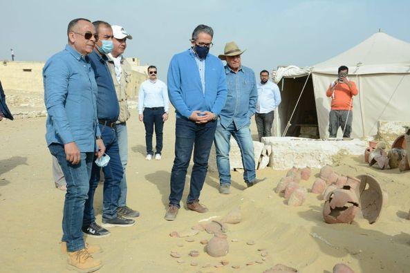 العناني وحواس ووزيري يتفقدوا كشف أثري كبير بجبانة سقارة الأثرية، سيعلن عن تفاصيله قريبا ليكون أول كشف لعام 2021