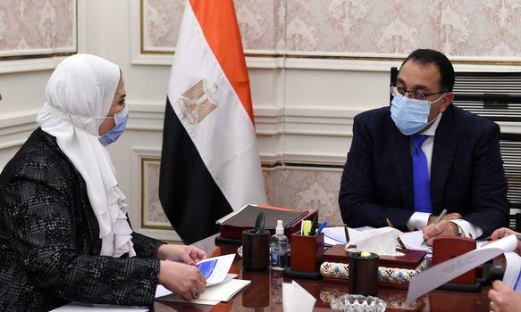 رئيس الوزراء يُتابع مع وزيرة التضامن الاجتماعي ملفات عمل الوزارة
