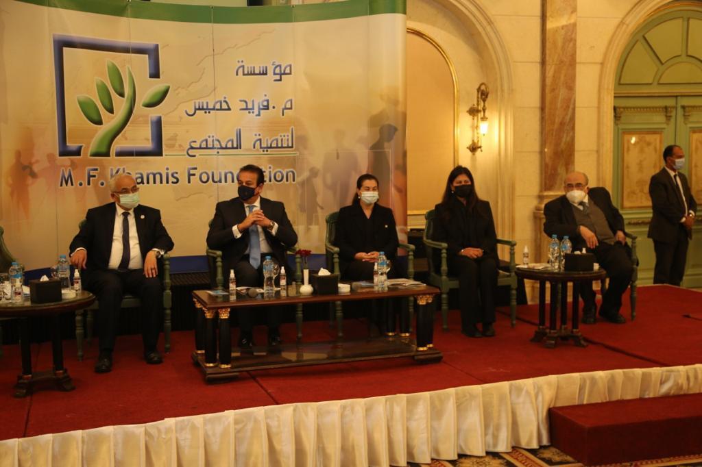 وزير التعليم العالي يشهد احتفال مؤسسة فريد خميس لتنمية المجتمع بتكريم أوائل الثانوية العامة