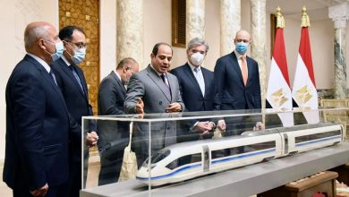 "Photo of السيد الرئيس يطلع على الاتفاق النهائي لقيام شركة ""سيمنز"" العالمية بإنشاء منظومة متكاملة للقطار الكهربائي السريع في مصر"