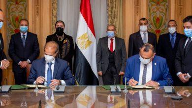 """Photo of وزيرا """"الإنتاج الحربي"""" و""""التجارة والصناعة"""" يشهدان توقيع اتفاقية تصنيع مشترك بين (200 الحربي) و (MCV) في مجال تصنيع الأوتوبيسات الكهربائية"""