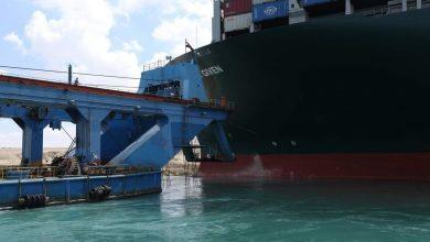 "Photo of  الكراكة ""مشهور"" تواصل أعمال التكريك لتعويم السفينة الجانحة بالقناة"