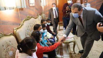 """Photo of وزير القوى العاملة ومحافظ أسوان يوزعان """"فوانيس رمضان"""" على الأطفال الأيتام"""
