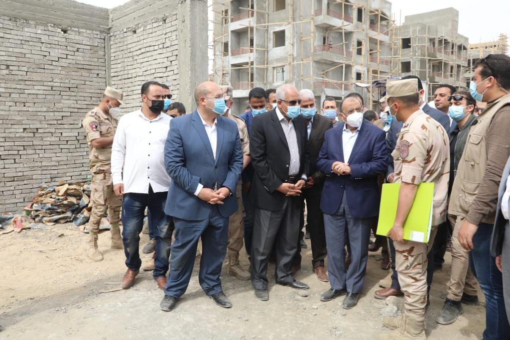 وزير التنمية المحلية ومحافظ الجيزة يتفقدان مشروع إنشاء مساكن لمتضررى السيول بقرية الديسمى بالصف