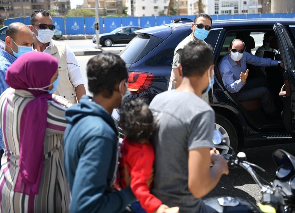 الرئيس يتوقف ليتحدث مع اسرة مصرية كانت تستقل دراجة بخارية تصادف تواجدهم اثناء مرور سيادته