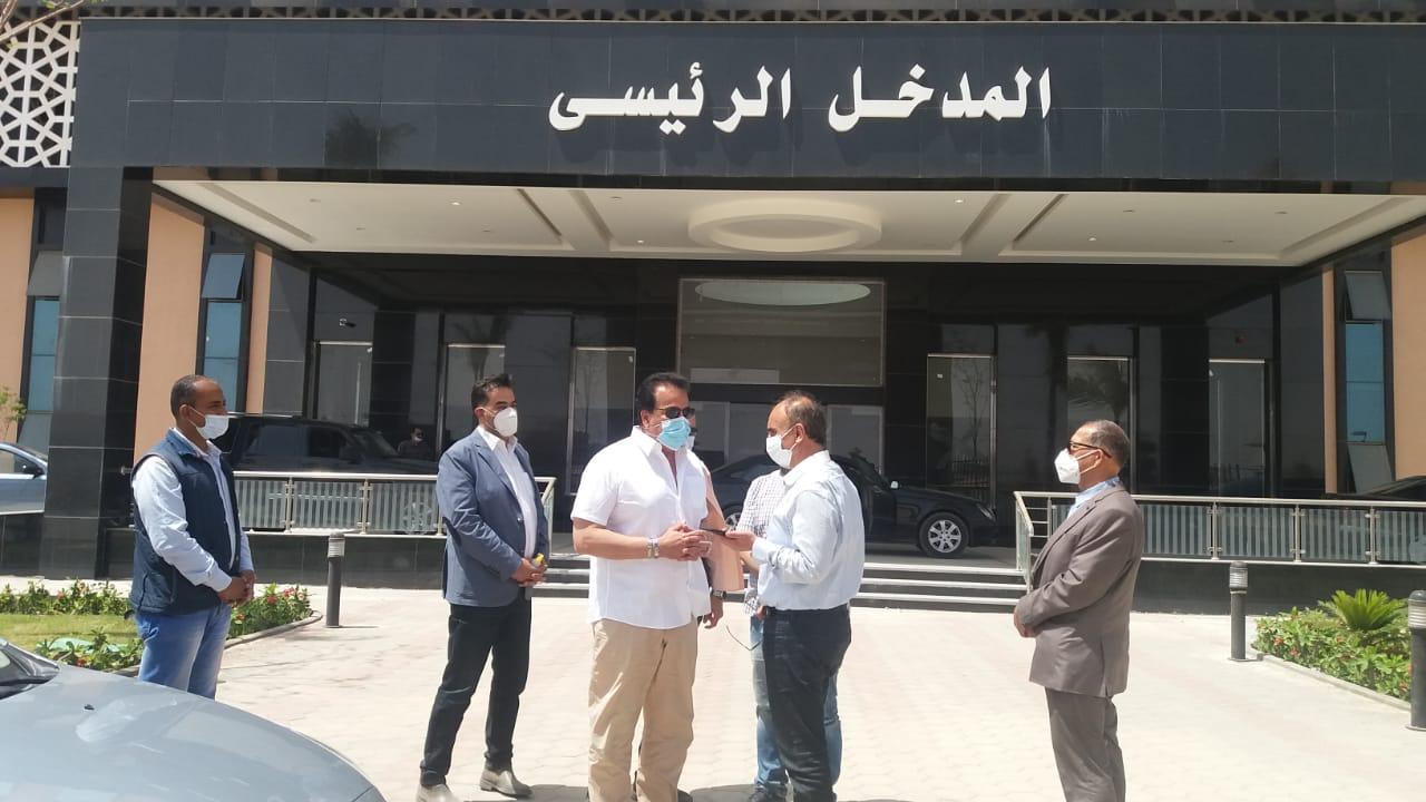 """""""وزير التعليم العالي"""" يتفقد مستشفى العاشر من رمضان الجامعي ويوجه بسرعة الانتهاء من كافة التجهيزات"""