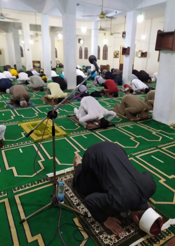 خلال صلاة التراويح روَّاد المساجد يظهرون وعيًا غير مسبوق