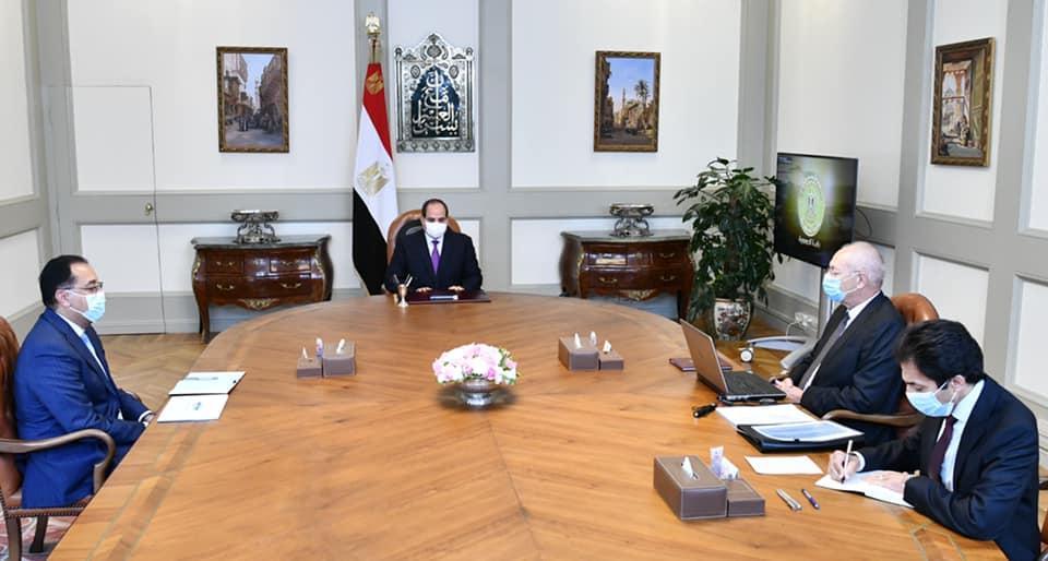 الرئيس يتطلع على مشروعات تطوير قناة السويس