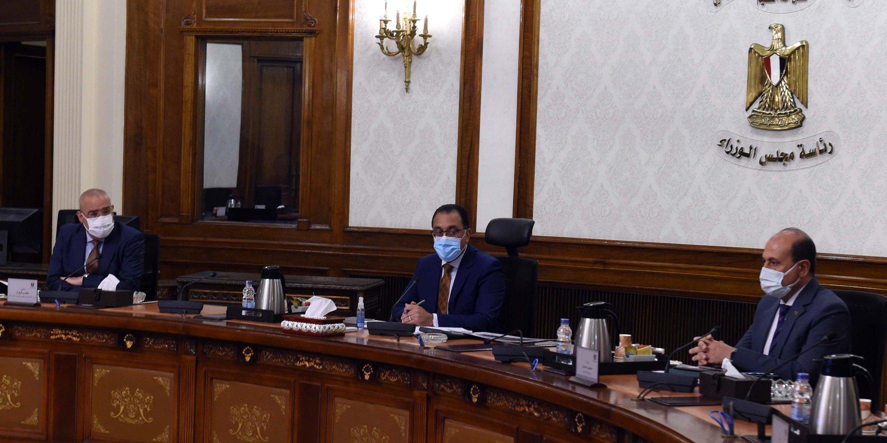 رئيس الوزراء يستعرض مخططات تطوير عدد من المحاور المرورية المهمة بالقاهرة الكبرى