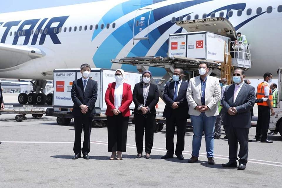 """وزيرة الصحة تستقبل الدفعة الأولى من المواد الخام لتصنيع لقاح """"سينوفاك"""" الصيني بمصر"""