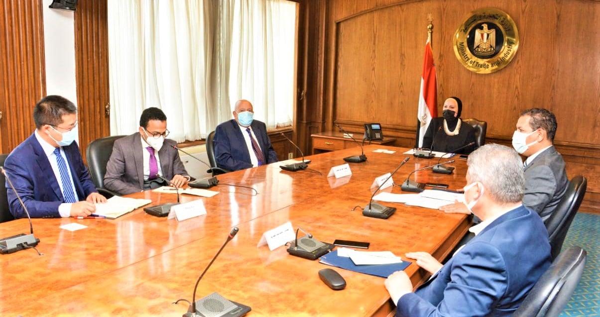وزيرة التجارة والصناعة تبحث مع مسئولى شركة يوتنج الصينية خطط الشركة المستقبلية للتوسع فى إنتاج الأتوبيسات بالسوق المصرى
