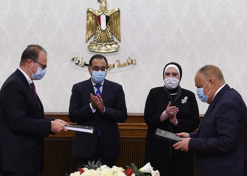 """رئيس الوزراء يشهد مراسم توقيع عقد شراكة بين الهيئة العربية للتصنيع وشركة """"دي إم جي موري"""""""