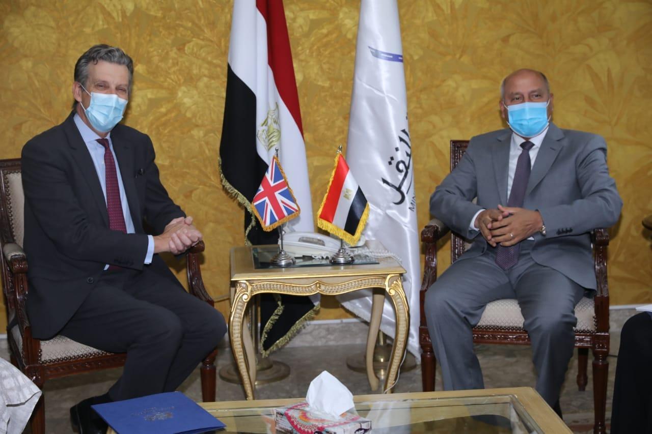 وزير النقل يجتمع مع السفير البريطاني في مصر لمناقشة التعاون في المشروعات الحالية والمستقبلية في مجالات السكك الحديدية والجرالكهربائي ومترو الانفاق