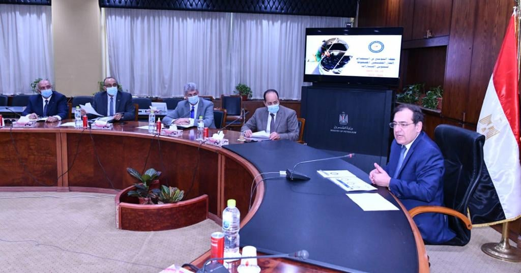 وزير البترول يتابع تنفيذ خطة التوسع بإستخدام الغاز الطبيعى لتموين السيارات
