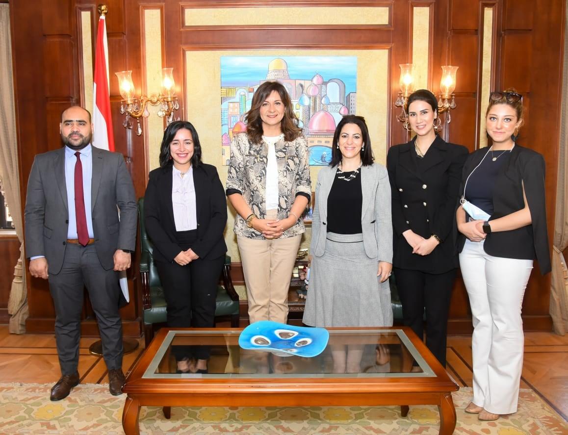 """وزيرة الهجرة تثني على جهود مؤسسة """"حياة كريمة"""" ونجاحها في تنفيذ المبادرة"""