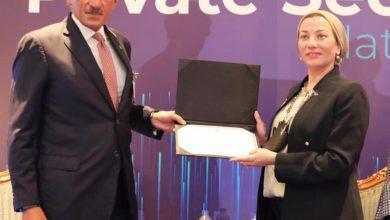 Photo of ياسمين فؤاد خلال مشاركتها في اجتماع غرفة التجارة الأمريكية