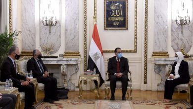 Photo of رئيس الوزراء يلتقي عميد الدراسات العليا بكلية الطب بجامعة هارفارد والسفير الأمريكى بالقاهرة